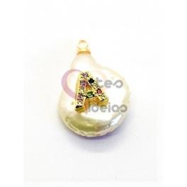 Pendente Madrepérola Lagrima Irregular Letra Multicor Sobreposta - Dourado (18x14mm)