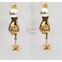 Brincos Crystal Deluxe Pérola Mão e Estrela Zircónias - Dourado